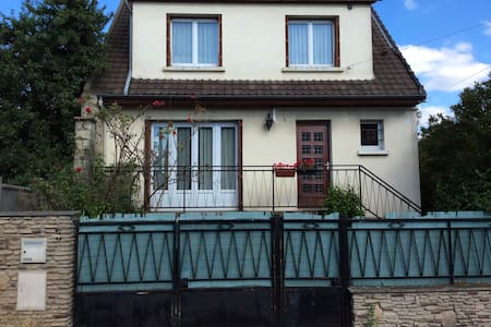 Large house (100 m2) with garden, close to Paris - Dom
