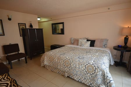 603 Upgraded,Large unit w/King bed!