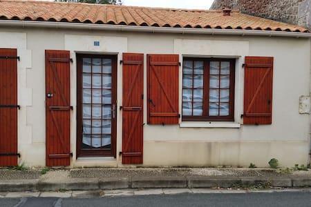 Petite maison de village de plain pied - Breuil-Magné