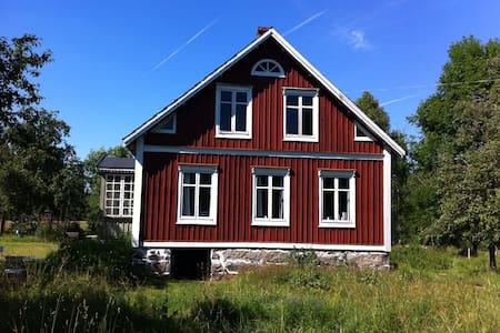 Ødegård på vild naturgrund, tæt på sø og å - Olofström Ö
