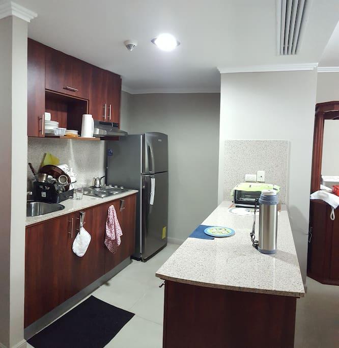 La cocina con estanterias completas