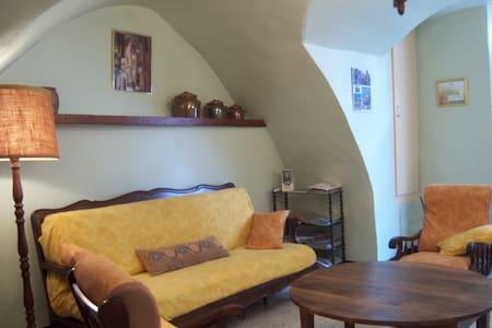 Gîte de France centre village voûté et frais l'été - Montpeyroux