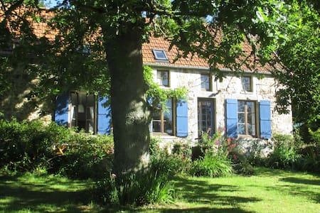 Modern farmhouse onTour de Fr route - Hus