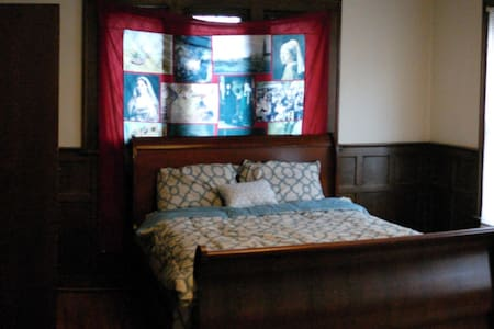 Room type: Private room Bed type: Airbed Property type: House Accommodates: 2 Bedrooms: 1 Bathrooms: 1