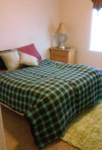 comfy newer area close to town. - House