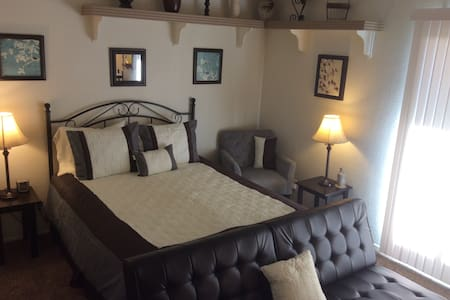 Lovely 3BRM Home Spa, Oasis Yard, Garage & Laundry - Palmdale - House