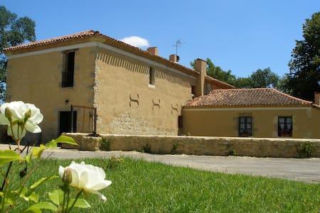 """Chambre d'hôtes Le Moulin de Laumet """"Manseng"""" - Bed & Breakfast"""