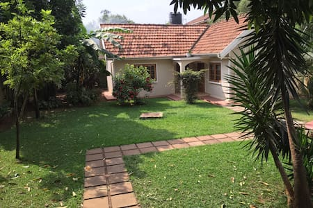 Snug Bugolobi Cottage - Kampala - Bungalow