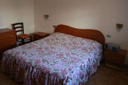 Camera matrimoniale a Mantova. - Lägenhet