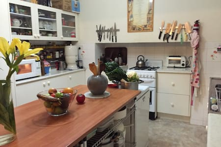 Double Bedroom with friendly family vibe. - Heidelberg Heights - House