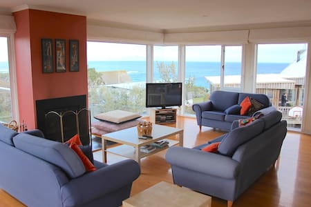 Spectacular views & mins to beach - House