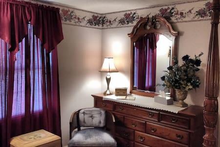 The Burr House/Burgundy Room - Wauseon - Bed & Breakfast