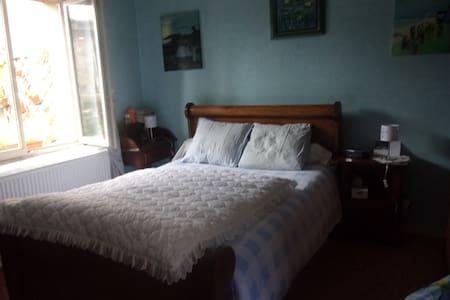 Chambre. Maison médiévale et cosy au cœur de Cluny - Rumah