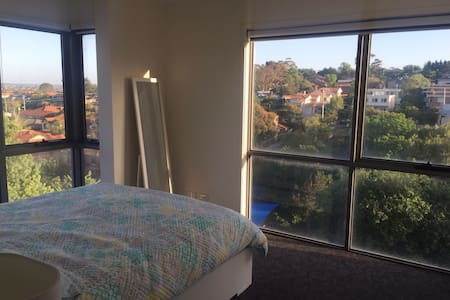 This bright  one bedroom apart is located an easy 20 min drive to the CBD. For those without transport it is a 2 mins walk to Heidelberg station with a direct line to the CBD. A  great Cafes and bars near by. Close  to Austin Hosp for visitors .