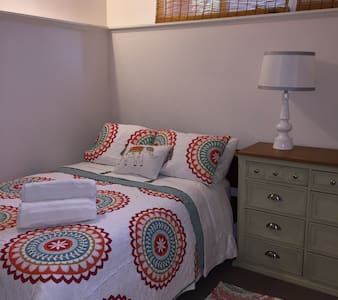 Beautiful Guest Room in Family Home - Crystal Lake - House