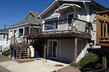 Ocean Views! Upscale! Steps from Beach. Hot Tub. - 딜론 비치(Dillon Beach) - 단독주택