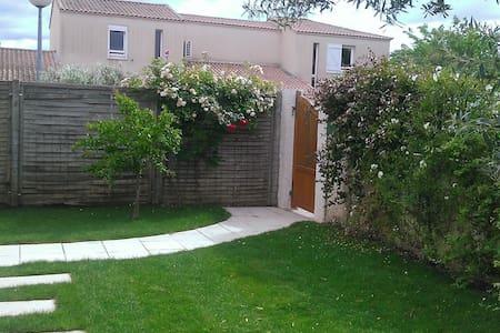 Villa avec terrasse et jardin - Ev