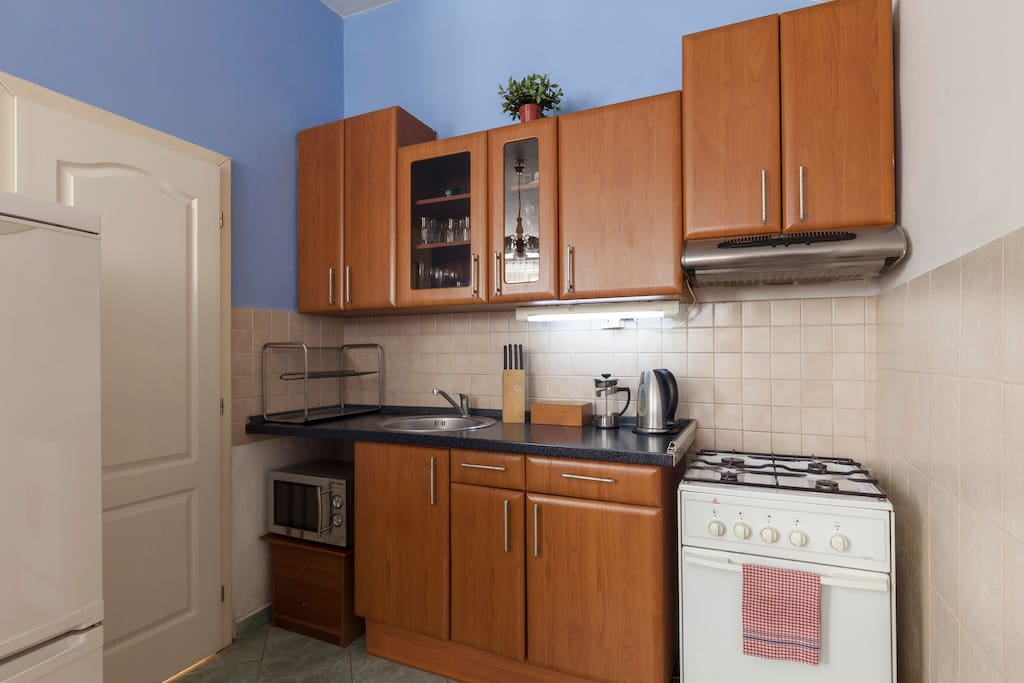 A fully-furnished kitchen including a big fridge-freezer make the apartment ideal also for mid to long-term rentals