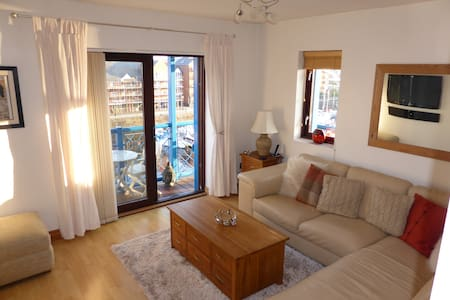Modern Bright Top Floor Luxury Apartment + Balcony - Swansea