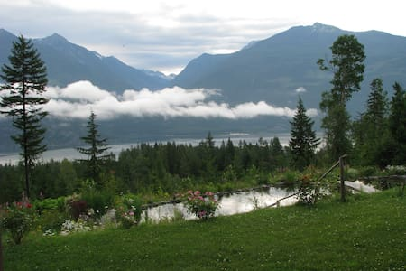 Private Room with Lake & Mtn. View - Kaslo