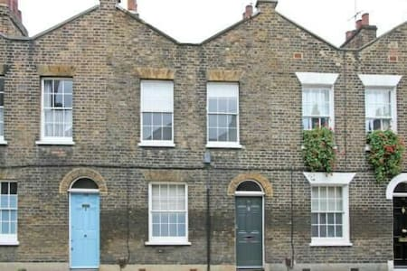 Incredible Location..Sightseeing! - London - House