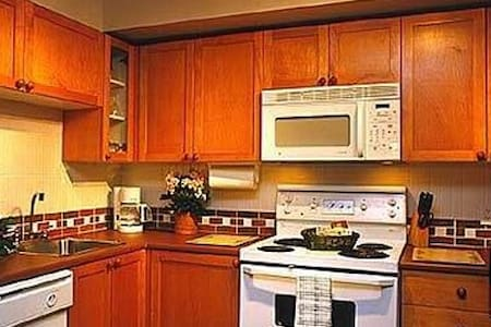 Cozy 2 Bedroom, heart of village w/private hot tub - Townhouse