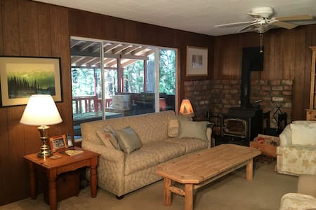 4 bedroom newly remodeled cabin, sunny back deck - Long Barn