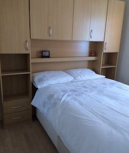 Clean double bed room near Heathrow - West Drayton - Huis