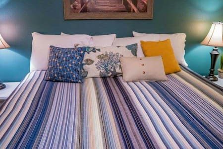 Cozy King Size Bed near the beach - 단독주택