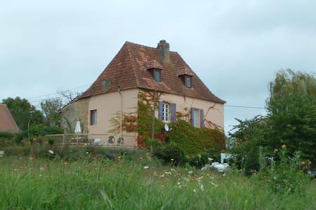 Les Rosiers is a restored farmhouse - Casa