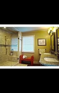 Spacious dormer & luxurious bath. - Ottawa Hills - House