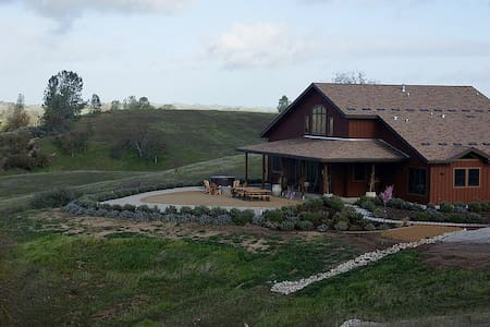 Lavish Villa w/Private Lake on 150 Majestic Acres - Ház