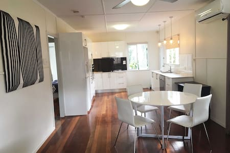 Modern Family Escape to the CBD - Tarragindi