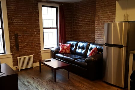 This one bedroom apartment includes a Queen bed, a Queen pullout as well as a Queen blowup mattress in a great Midtown neighborhood (only 3 blocks from Grand Central!)