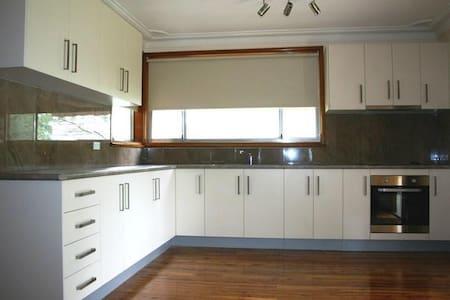 room to live in leumeah - Leumeah