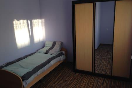 Einfaches Zimmer in zentraler Lage/ Basic Room - Apartamento