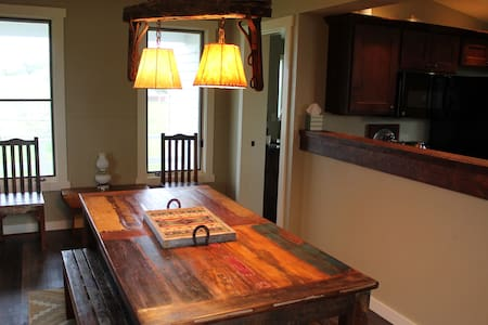 Renovated Farm House on 4500 Acre Cattle Ranch - Casa