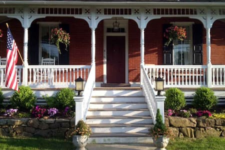 Early Victorian home with gorgeous gardens - Spring City - House