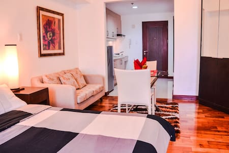 Tastefully-furnished space for 2 very nr Greenbelt - Apartment