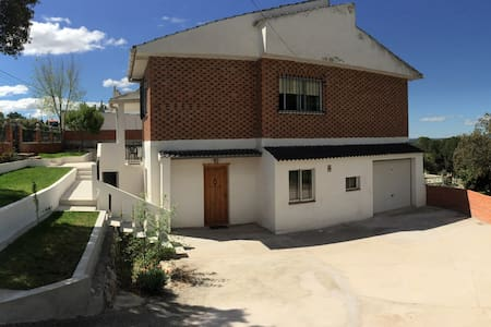 Chalet con pisc. priv. Calalberche cerca de Madrid - Xalet