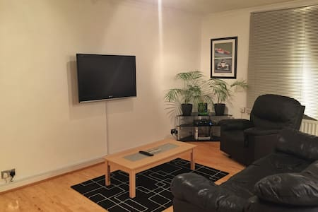 A clean and modern apartment in beautiful Surrey! - Apartment