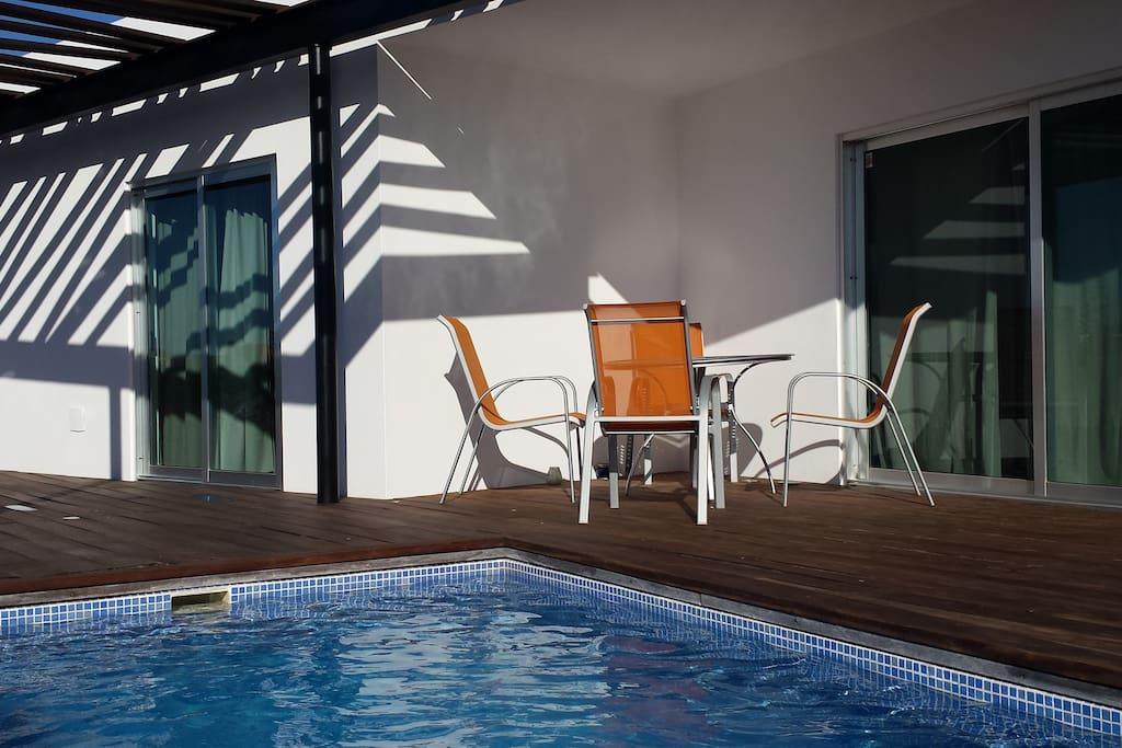 Piscina integrada en la terraza y con acceso directo a salon y dormitorios.