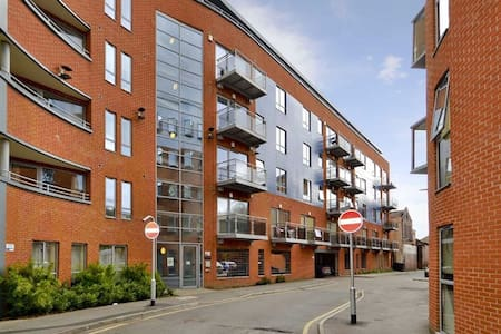 Modern Apartment with Balcony in Leeds City Centre - Leeds