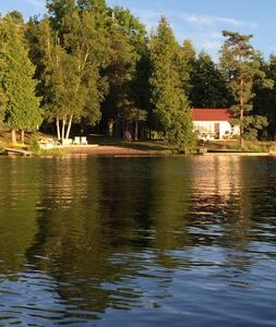 Waterfront Cottage at Fee's Landing Resort - 卡沃萨湖群 - 小木屋