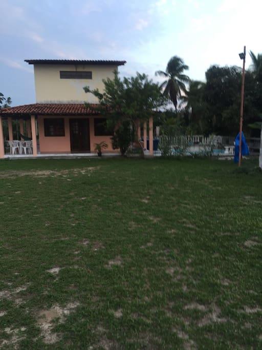 Casa de dois andares com area para se jogar futebol.