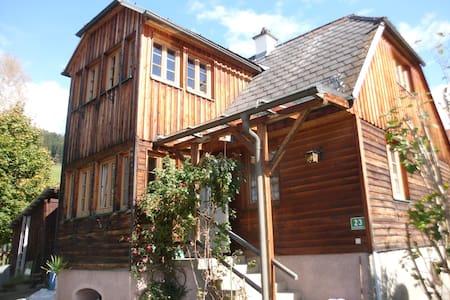 Gemütliches Lärchenholzhaus mit Garten - House