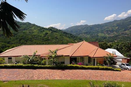 Hermosa y moderna casa campestre. - Nimaima - House