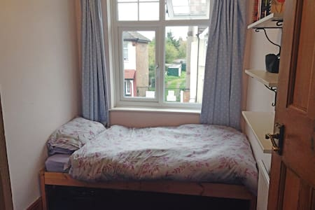 Single room in friendly house share - London - Haus