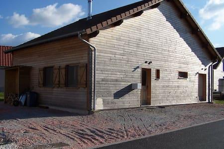 Maison en bois dans petite campagne - Ev