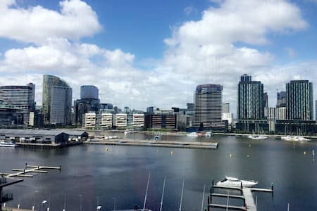 Cozy 2BR with Stunning Water Views - Docklands - Apartemen